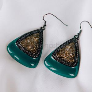 Серьги-треугольники «Завитки» с зеленой эмалью и кристаллами