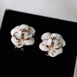 Серьги «Камея» с белой эмалью в позолоте