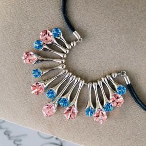 Колье «Восход» с голубыми и розовыми кубиками Сваровски