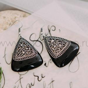 Серьги-треугольники «Завитки» с черной эмалью, патиной и кристаллами