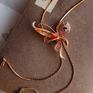 Кулон-галстук Бабочка с разноцветными кристаллами и подвесками